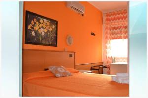 camera arancione - affittacamere il corallo (2)