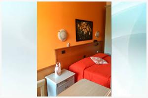 camera arancione - affittacamere il corallo (5)